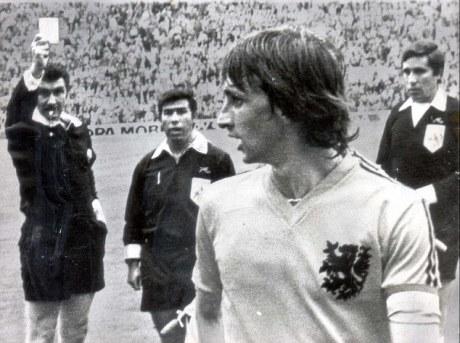johann cruyff est le premier international pays bas a prendre un carton rouge